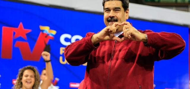 """La desquiciada """"prioridad"""" de Maduro en el peor momento de Venezuela: película y serie sobre Chávez"""