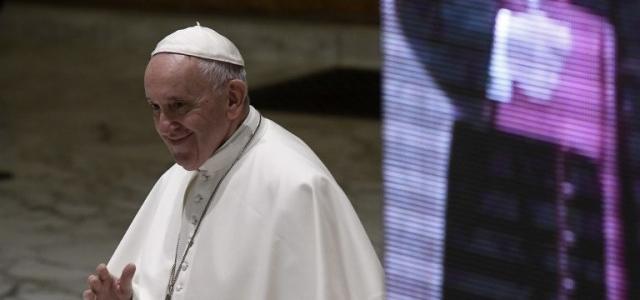 Papa rechaza renuncia de cardenal francés y enfurece a víctimas de pederastia