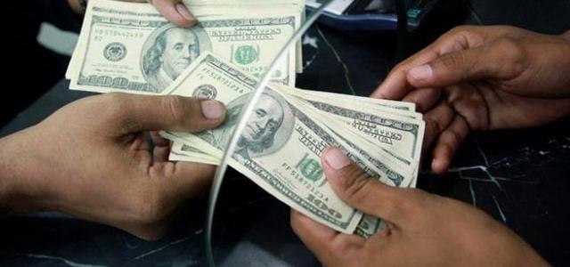 De a poquito… Así es como los bancos venden dólares y euros
