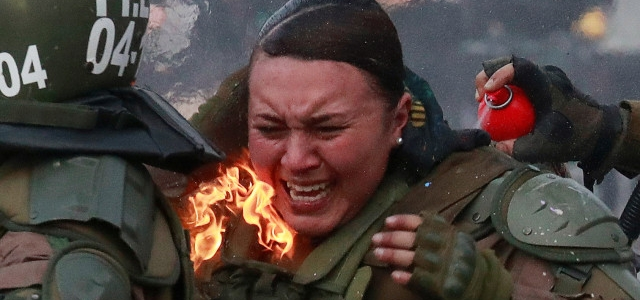 Dos policías chilenas envueltas en llamas por una molotov: La historia detrás de la foto